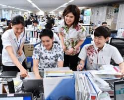 クールビズが始まり、軽装で働く環境省の職員(1日午前、東京・霞が関)