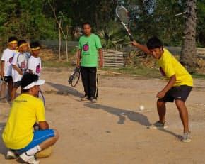 スポーツの環境が整っていないカンボジアで奮闘する荻原(右)。「ゼロから創り出すことが楽しい」