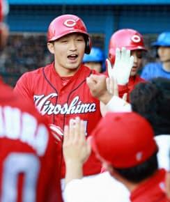 29日のDeNA戦では、鈴木は4番で2本塁打を放った=共同