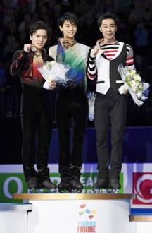逆転優勝を果たし、世界選手権の表彰式で笑顔の羽生。左は2位の宇野、右は3位の金=共同