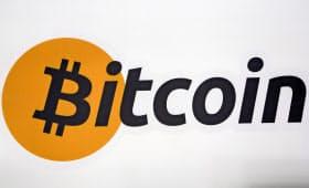 過去最高値を更新したビットコインのロゴ=ロイター