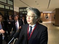 TPP11の首席交渉官会合開幕前に記者団の質問に応じる片上慶一首席交渉官(2日午後、トロント)