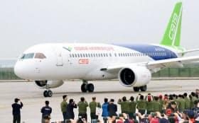 初のテスト飛行を終えたC919(5日、中国上海の浦東国際空港)=共同