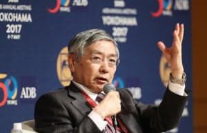 パネル討論する日銀の黒田総裁(6日午後、横浜市)