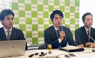 「こども保険」創設の提言を発表する小泉進次郎(中)ら若手議員(3月29日午後、自民党本部)=共同