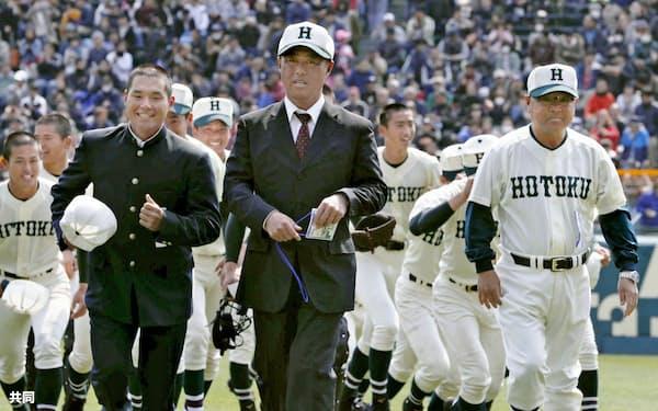 大角監督(中央)は永田前監督(右端)からの誘いを機に指導者になった(今年3月の全国選抜大会)=共同