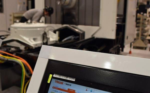 タブレット端末を配置し、組み立て工程などの進捗も一元管理する(8日、愛知県大口町)