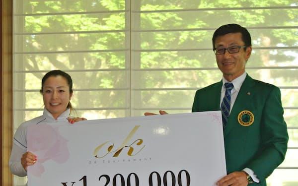 優勝した中園(左)に賞金目録を贈る大塚会長