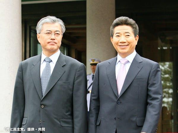 文在寅大統領(左)が師とあおぐ盧武鉉氏(右)も国会対策に苦しんだ(2007年5月、ソウルで)=「共に民主党」提供・共同