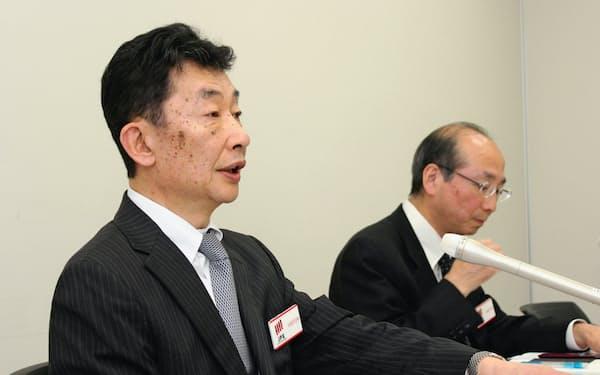 決算会見に臨む有賀修二社長(左)(10日夕、東証)