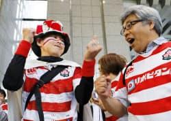 2019年ラグビーW杯の組み合わせ抽選会をパブリックビューイングで楽しむファン(10日午後、東京都庁)=共同