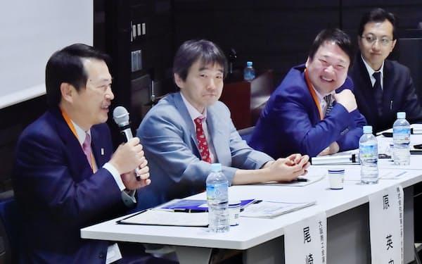 先端技術を生かした成長戦略について討論する(左から)尾崎氏、原氏、森下氏、本村氏(4月、大阪市中央区)