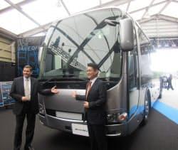 三菱ふそうトラック・バスは10年ぶりに大型観光バスを大幅改良した(千葉県浦安市)