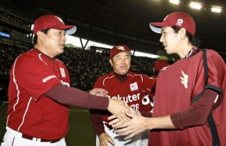 7日の西武戦で2勝目を挙げ、梨田監督(左)と握手する岸=共同