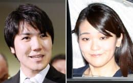 赤坂御用地を出られる眞子さま(写真右)と、記者の質問に答える小室圭さん(17日午前)