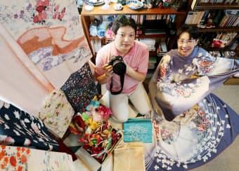 撮影会を企画した写真家の樺井さん(左)と大阪府立大の松下准教授(大阪府枚方市)