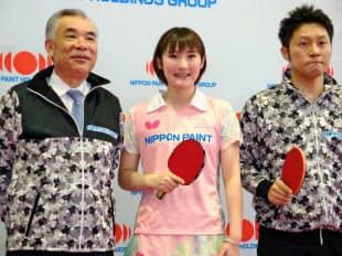 契約選手第1号となった加藤(中)(左は田堂社長、右は三原監督)