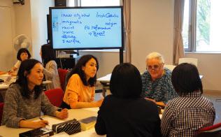 日本女子大学リカレント教育課程の英語講座。外国人教師が、すべて英語で講義する(東京都文京区)