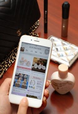 タオバオのアプリで商品を撮影をすると、ネットに出品された類似商品が表示される(上海)=小高顕撮影
