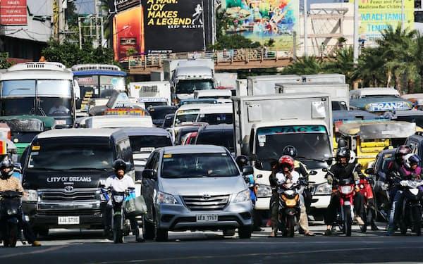 インフラ整備で悪名高い渋滞は解消するか(2015年11月、マニラ首都圏の幹線道路)=浅原敬一郎撮影