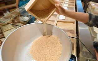 各地の銘柄米を量り売りする(東京都中央区のAKOMEYA TOKYO銀座本店)