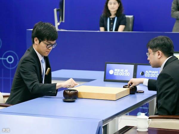 囲碁ソフト「アルファ碁」との初戦に臨む中国人棋士、柯潔九段(左)=23日、中国浙江省烏鎮(共同)