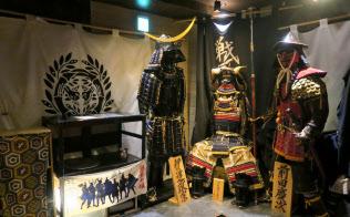 「戦国武勇伝」の店内には甲冑が並ぶ(東京都新宿区)