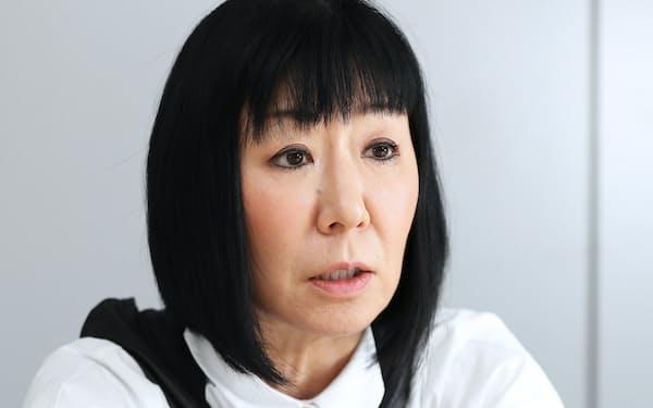 1961年、大阪府出身。京都産業大学卒。82年、相方のモモコさんと漫才コンビ「ハイヒール」を結成。関西を中心に活動している。フジテレビ系列の情報番組「ノンストップ!」レギュラー出演中。