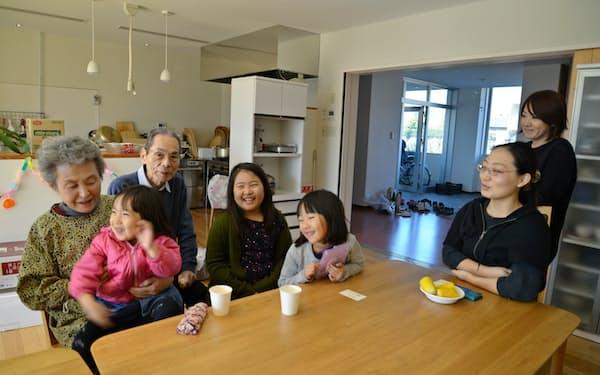 三世代家族のように談笑するコレクティブハウス元総社コモンズの住民(前橋市)