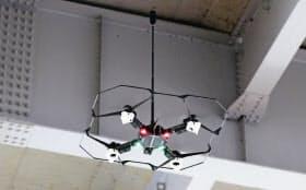 橋梁点検のデモ飛行をするデンソーのドローン(25日、愛知県知立市)