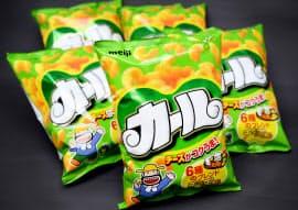 主力の「チーズあじ」など2種が西日本限定販売になる明治のスナック菓子「カール」(25日)