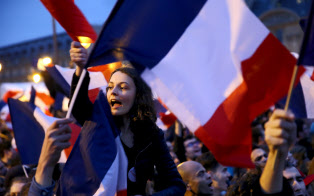 フランス大統領に決まったマクロン氏の祝勝集会で三色旗を振る女性。「自由、平等、友愛」と叫んだ(5月7日、パリ・ルーヴル)
