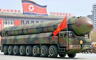 北朝鮮は軍備の拡張を加速している(平壌の軍事パレードに登場した新型ICBMとその発射用とみられる車両、4月15日)=共同