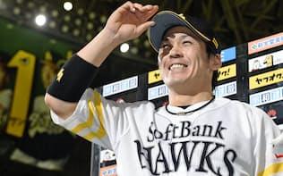達川コーチに鍛えられた甲斐は強肩に加え、捕球やリードに長足の進歩を遂げた=共同