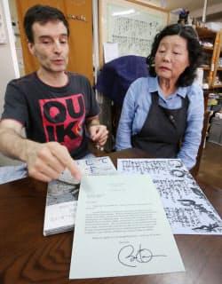 被爆者の松本暁子さん(右)と詩人のアーサー・ビナードさん(広島市中区)