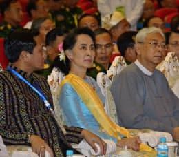 アウン・サン・スー・チー国家顧問(中)は少数民族武装勢力との和平でも成果を示せていない(5月、ネピドーで開いた「21世紀のパンロン会議」)