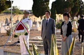 旧日本海軍戦没者墓地を訪れた安倍首相(中央)と昭恵夫人(右)=ロイター