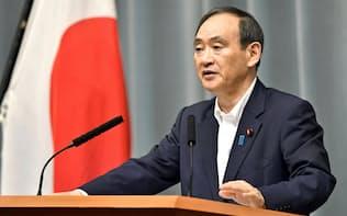 北朝鮮のミサイル発射に関し、記者会見する菅官房長官(29日午前、首相官邸)=共同