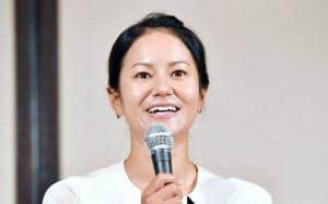 記者会見で引退を表明する宮里(5月29日)