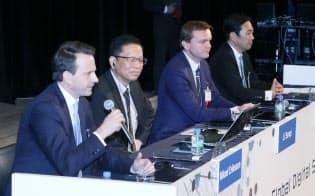 討論する(左から)エリクソン・ジャパンのマイケル・エリクソン社長、華為技術(ファーウェイ)プロダクト&ソリューショングループの李三琦CTO、SAPのハンス・タルバウアーシニアバイスプレジデント、シュナイダーエレクトリックの松崎耕介代表取締役(29日、東京都千代田区)