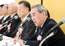 関経連の会長に就任し記者会見する松本正義氏(右)(29日午後、大阪市北区)