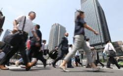 出勤する人たち(30日午前、東京・丸の内)