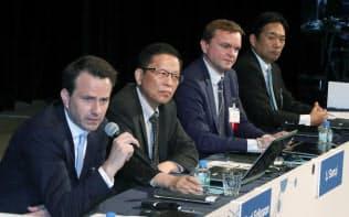 討論する(左から)エリクソン・ジャパンのマイケル・エリクソン社長、華為技術(ファーウェイ)プロダクト&ソリューショングループの李三琦CTO、SAPのハンス・タルバウアー・シニアバイスプレジデント、シュナイダーエレクトリックの松崎耕介代表取締役(29日、東京都千代田区)