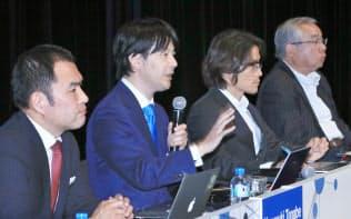 「IoT時代のデジタルエコノミー」をテーマに討論する(左から)Airbnb Japanの田辺泰之代表取締役、クラウドワークスの吉田浩一郎社長、ナイアンティック日本法人の村井説人社長、みずほフィナンシャルグループの山田大介常務執行役員(30日、東京都千代田区)