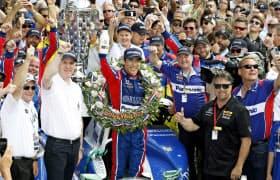 自動車のインディ500で日本人初優勝を果たした佐藤琢磨=前列中央(28日、米インディアナポリス)=ロイター