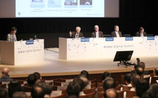 「データ主導社会の実現に向けて」をテーマに討論する(左から)モデレーターの吉田博史総務省情報通信国際戦略局参事官、情報通信研究機構の徳田英幸理事長、米国国立標準技術研究所(NIST)のクリス・グリアCPSシニアエグゼクティブ、EU駐日EU代表部のレオニダス・カラピペリス公使参事官、シンガポール情報通信メディア開発庁のクーン・ホックユン副長官補(30日午後、東京都千代田区)