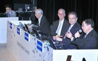 「データ主導社会の実現に向けて」をテーマに討論する(右から)シンガポール情報通信メディア開発庁のクーン・ホックユン副長官補、EU駐日EU代表部のレオニダス・カラピペリス公使参事官、米国国立標準技術研究所(NIST)のクリス・グリアCPSシニアエグゼクティブ、情報通信研究機構の徳田英幸理事長、モデレーターの吉田博史総務省情報通信国際戦略局参事官(30日午後、東京都千代田区)
