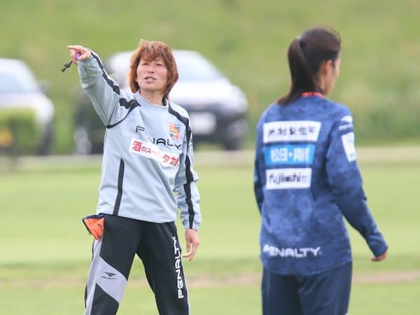 本田は何気なく眺めるようでいて、どこで誰が何をしているか、逃さずとらえる