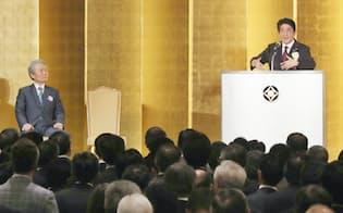 経団連の70周年記念パーティーであいさつする安倍首相。左は経団連の榊原会長(31日午後、東京都千代田区)