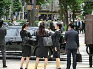 東京のオフィス街ではリクルートスーツ姿の学生が目立つ(5月24日、東京・大手町)